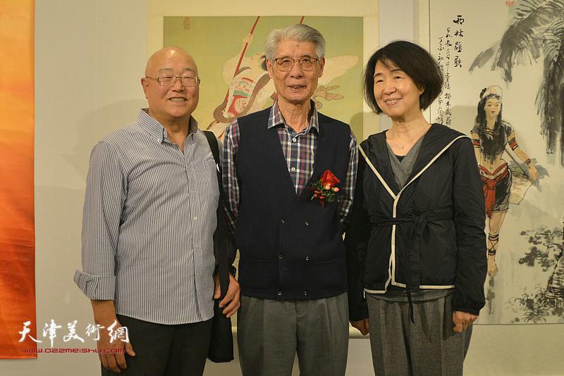 杨德树与香港工作观众在画展现场。