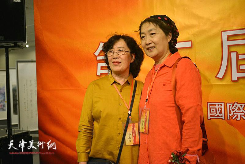 王美芳、苗延荣在画展现场。