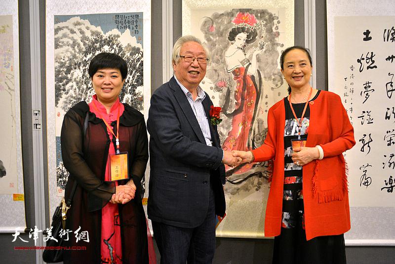 孙克、张金玲、马江红在画展现场。