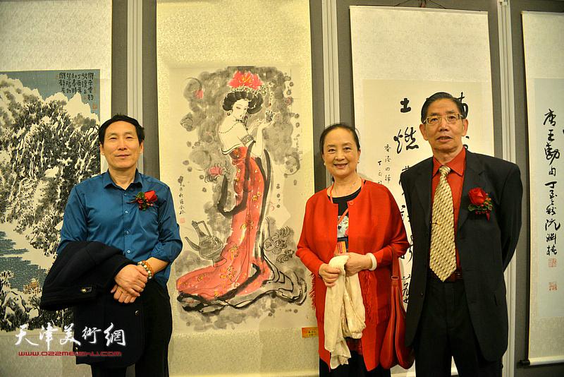 柴寿武、王堃、张金玲在画展现场。