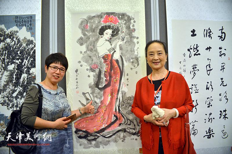 车凤云、张金玲在画展现场。