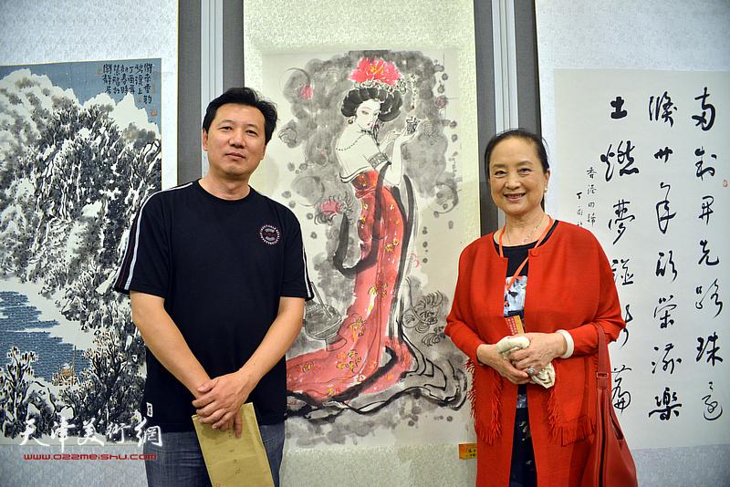 张福有、张金玲在画展现场。
