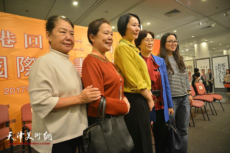 任宇与香港观众在画展现场。