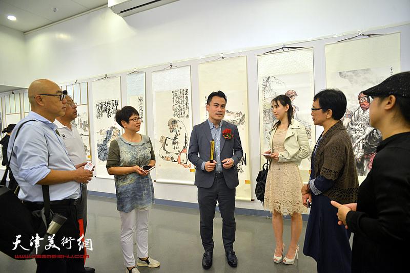 香港特别行政区立法会议员郭伟强与天津书画家交流。