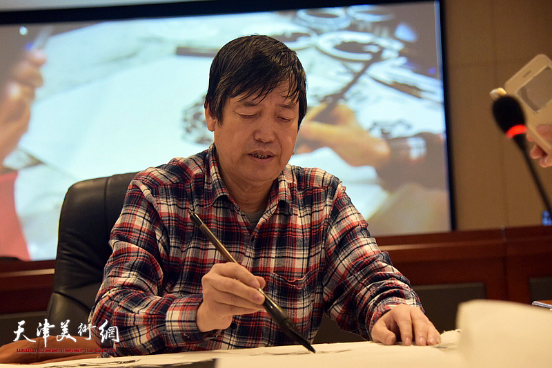 陈元龙教授在现场授课。