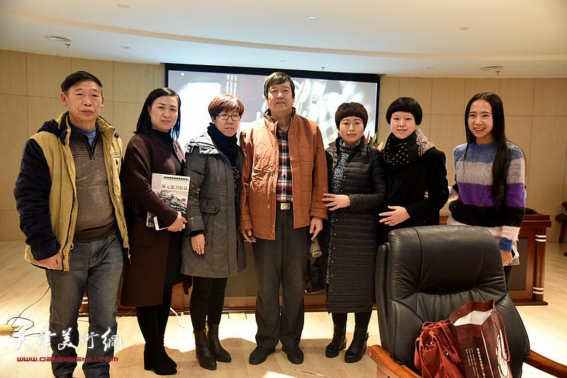 陈元龙与书画爱好者任淑兰等在讲座现场。