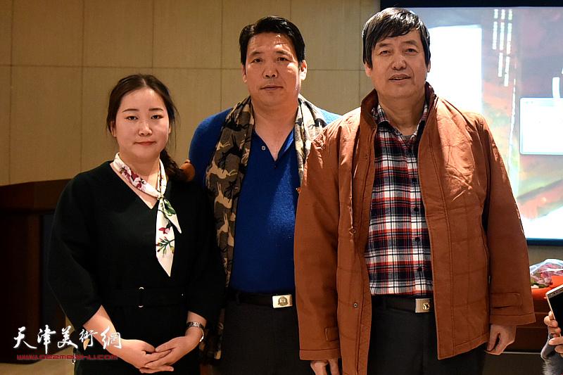 陈元龙与訾春花老师、书画爱好者郑树来在讲座现场。