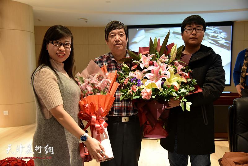 学生向陈元龙教授献花。