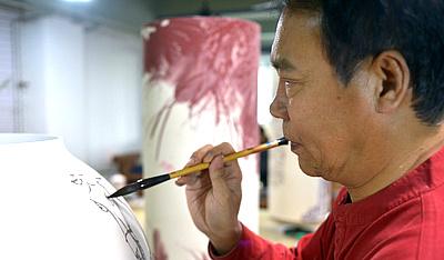 """著名画家马寒松""""天瓷画院""""创作青花瓷"""