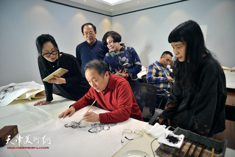 书画名家开笔祝贺天津运河画院乔迁新址;图为何东在现场创作。