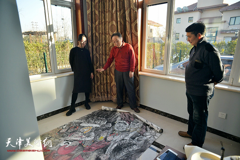 何东、孟宪奎、杨悦在活动现场点评作品。