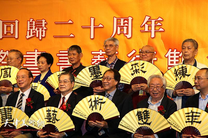 """第二届香港国际书画艺术双年展开幕式上别开生面的""""尽扇尽美"""""""