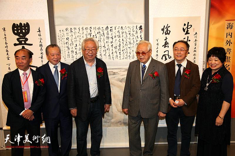 孙克、何东与欧豪年、陈筱容等嘉宾在画展现场。
