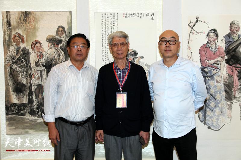 左起:赵俊山、杨德树、高博在画展现场。