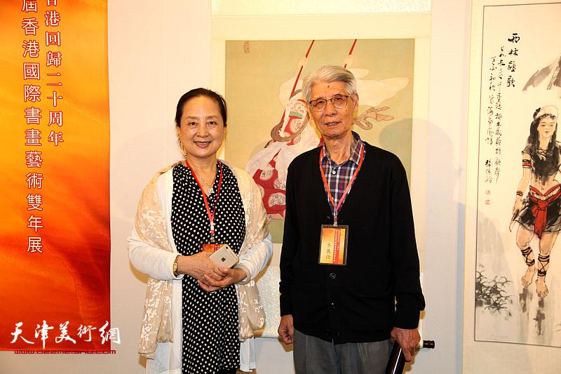 杨德树、张金玲在画展现场。