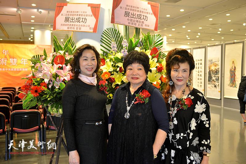 陈筱容与杨青梅在画展现场。