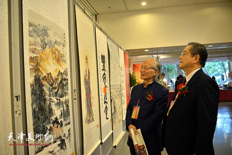 刘树德、张恒在观赏展出的作品。