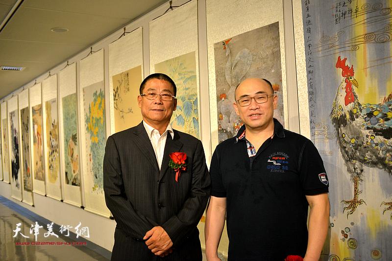 秦长江、林俊杰在画展现场。