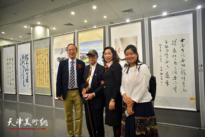 杨青梅与嘉宾在画展现场。