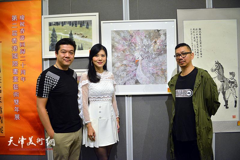 朱洁仪与嘉宾在画展现场。