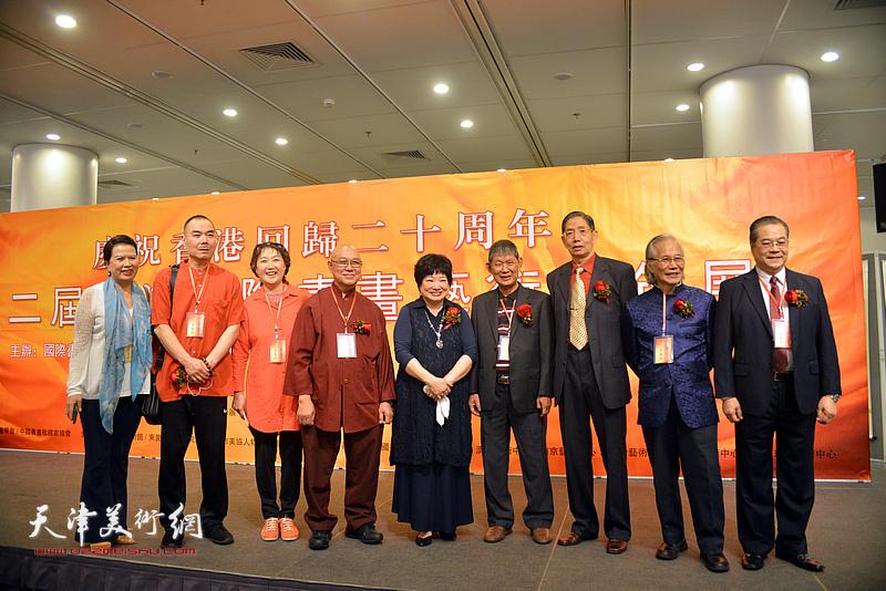 柴寿武与王慧智等各国、各地区的书画家在画展现场。