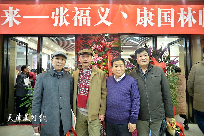 左起:张建会、张福义、康国林、季家松等来宾在临帖展现场。