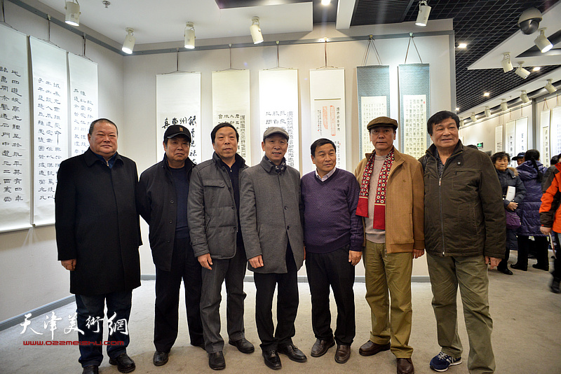 左起:马孟杰、马巍华、华刚年、张建会、康国林、张福义、季家松在临帖展现场。