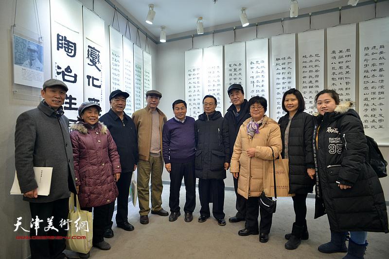 张建会、康国林、张福义与杨葵等来宾在临帖展现场。