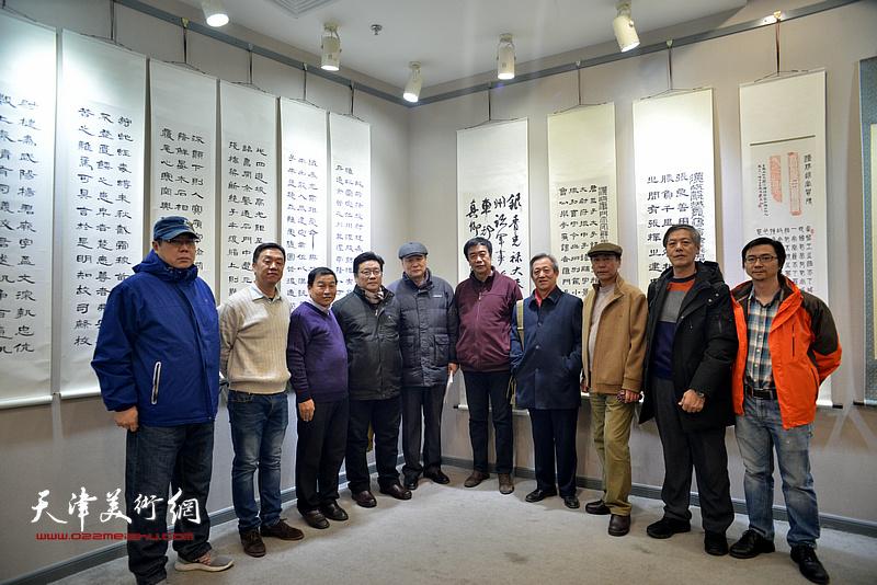 康国林、张福义与姜维群、曾昭国、罗文华、臧志建、井卫强等来宾在临帖展现场。