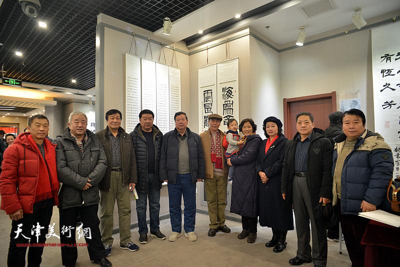 张福义与季家松、赵光、王霭馨等来宾在临帖展现场。