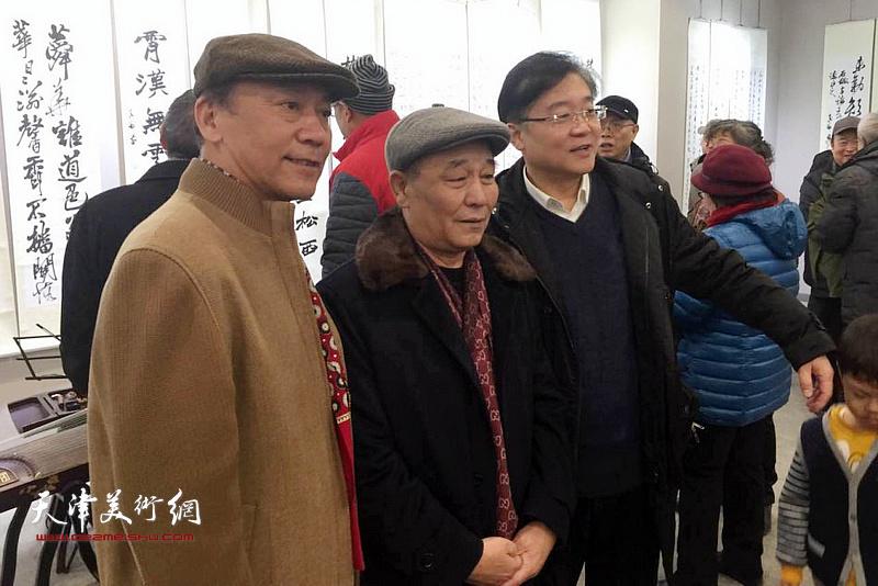 张福义与马志明、丁涵在临帖展现场。