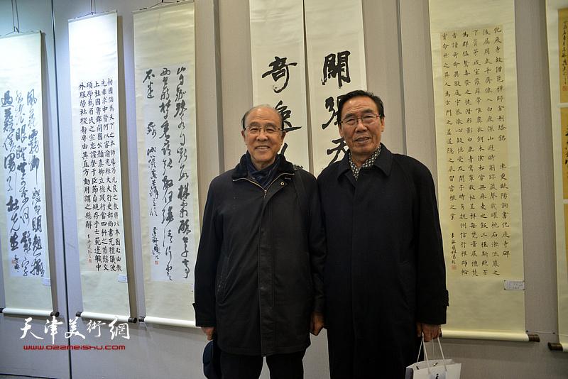 李清和与张学栋在临帖展现场。
