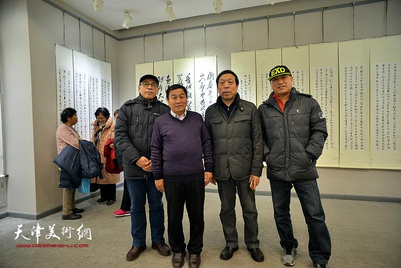 左起:王炳学、康国林、华刚年、邢牧在临帖展现场。