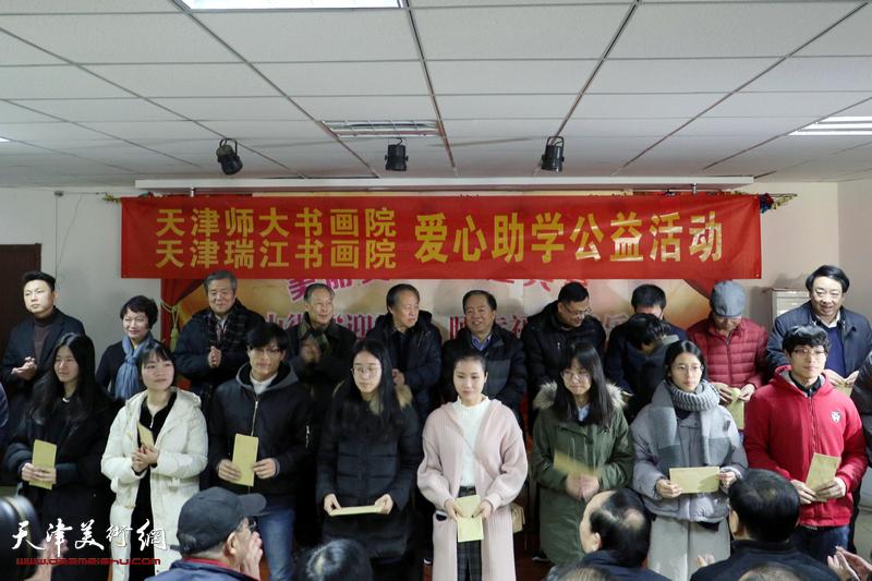 丹青笔墨蕴真情 天津书画家献爱心资助30余名学子