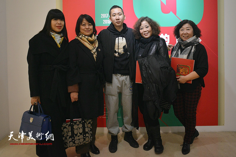 左起:肖冰、马艳霞、王储、赵新立、焦小红在画展现场