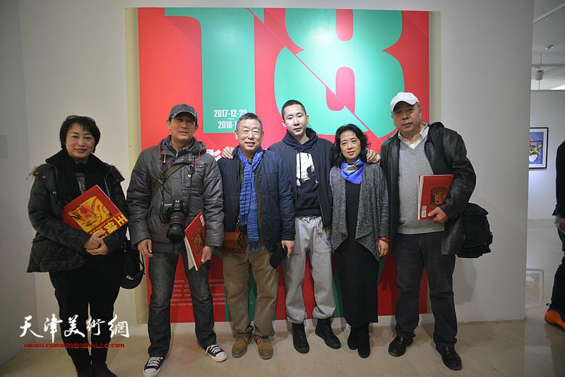 王玉璐、邓国萍、王储与来宾在画展现场