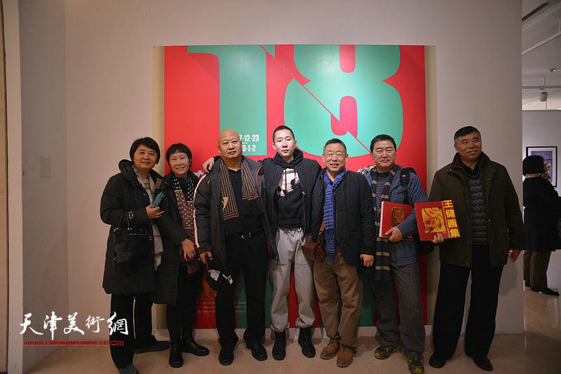 王玉璐、王储与来宾在画展现场。