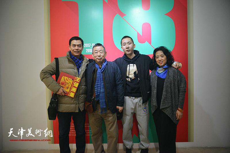 王玉璐、邓国萍、王储与来宾在画展现场。