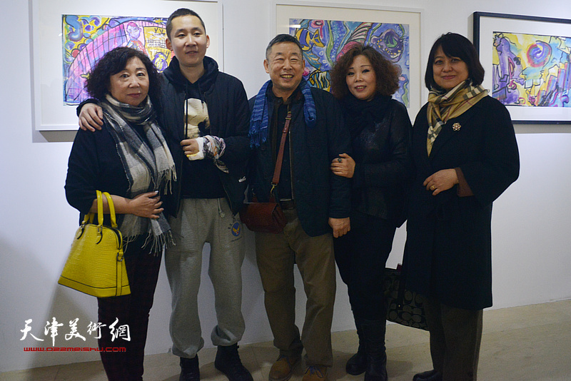 左起:焦小红、王储、王玉璐、赵新立、马艳霞在画展现场。