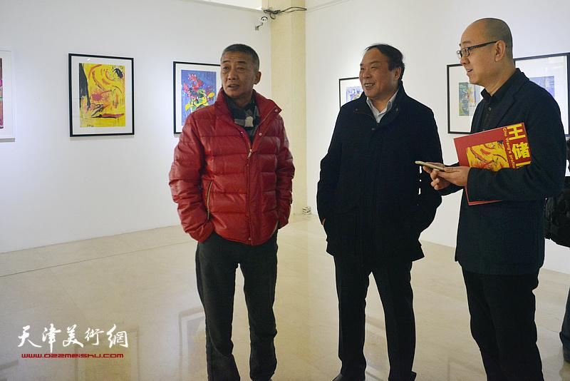 左起:邓国源、陈卓、马驰在画展现场。