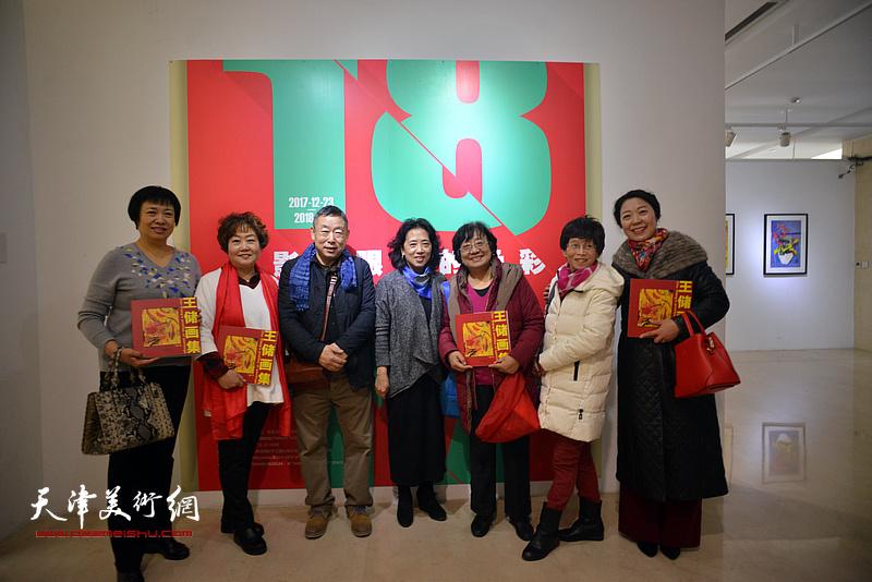 王玉璐、邓国萍与来宾在画展现场。