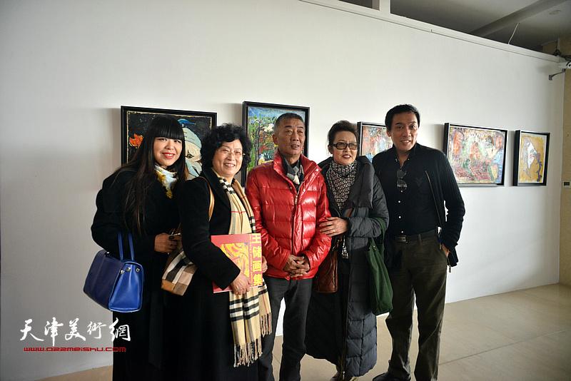 邓国源、肖冰与来宾在画展现场。