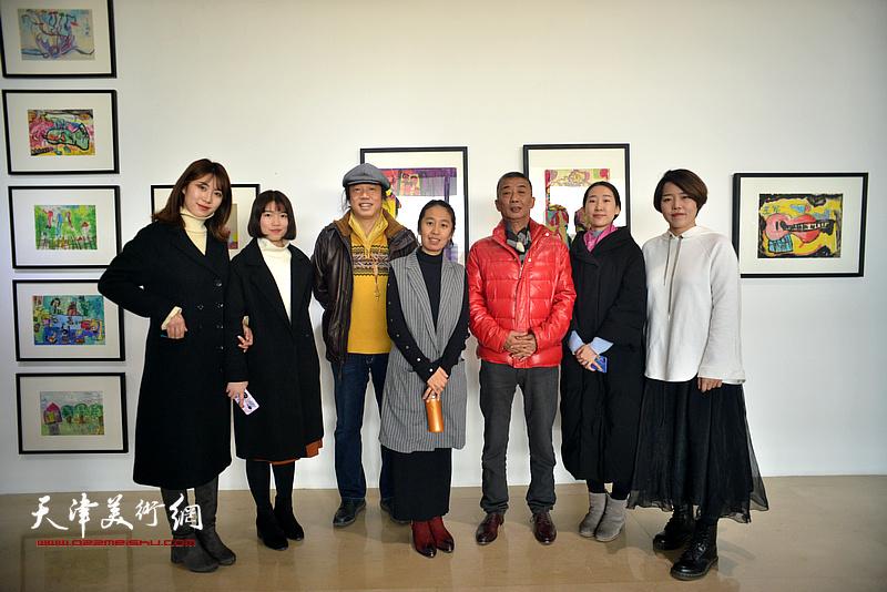 邓国源、闫维远、卢正昕与艺术青年在画展现场。