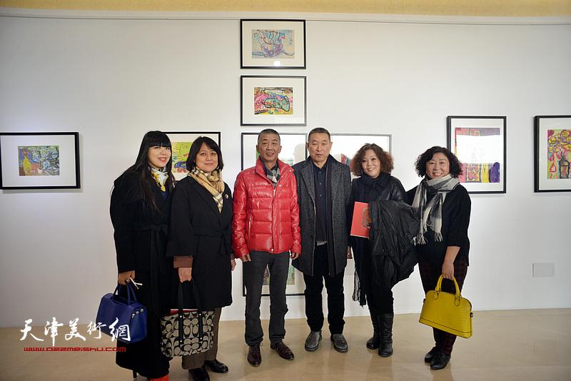左起:肖冰、马艳霞、邓国源、赵铁标、赵新立、焦小红在画展现场。