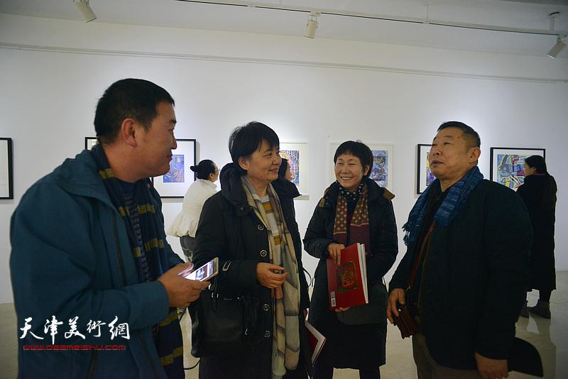 王玉璐与来宾在画展现场交流。