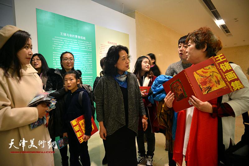 邓国萍与来宾在画展现场交流。