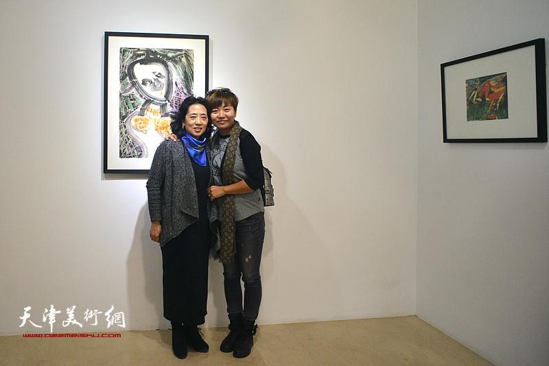 邓国萍与来宾在画展现场。
