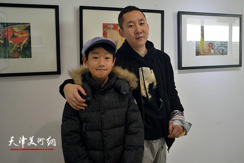 王储与小朋友在画展现场。