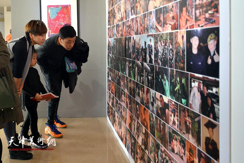 """""""电影人眼中的色彩·绘影——王储作品展""""现场。"""