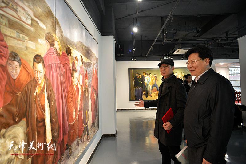 李志在画展现场观看作品。